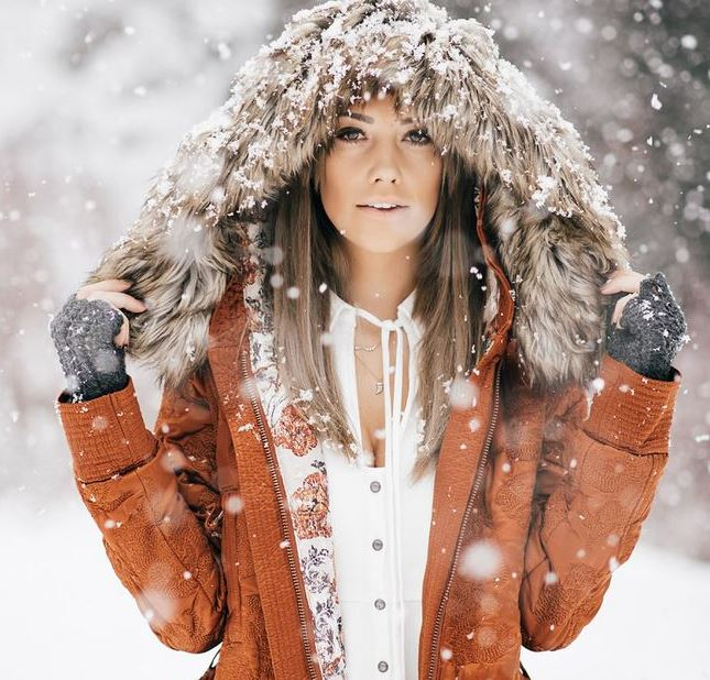 How to get glowing skin during winter weather prevent dry skin during travel and indoor heating Mattify cosmetics beauty blog makeup for oily skin tips and natural makeup for vegans no makeup look transparent face powder and illuminating highlighter for strobing