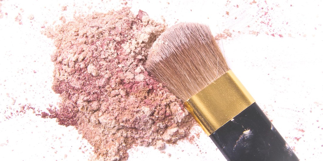 How to apply highlighter if you have oily skin Mattify cosmetics makeup for acne prone skin best highlighter powder for strobing mineral makeup that looks natural to give skin a glow for holiday parties vegan products for sensitive skin oil absorbent powder highlighter beauty blog post